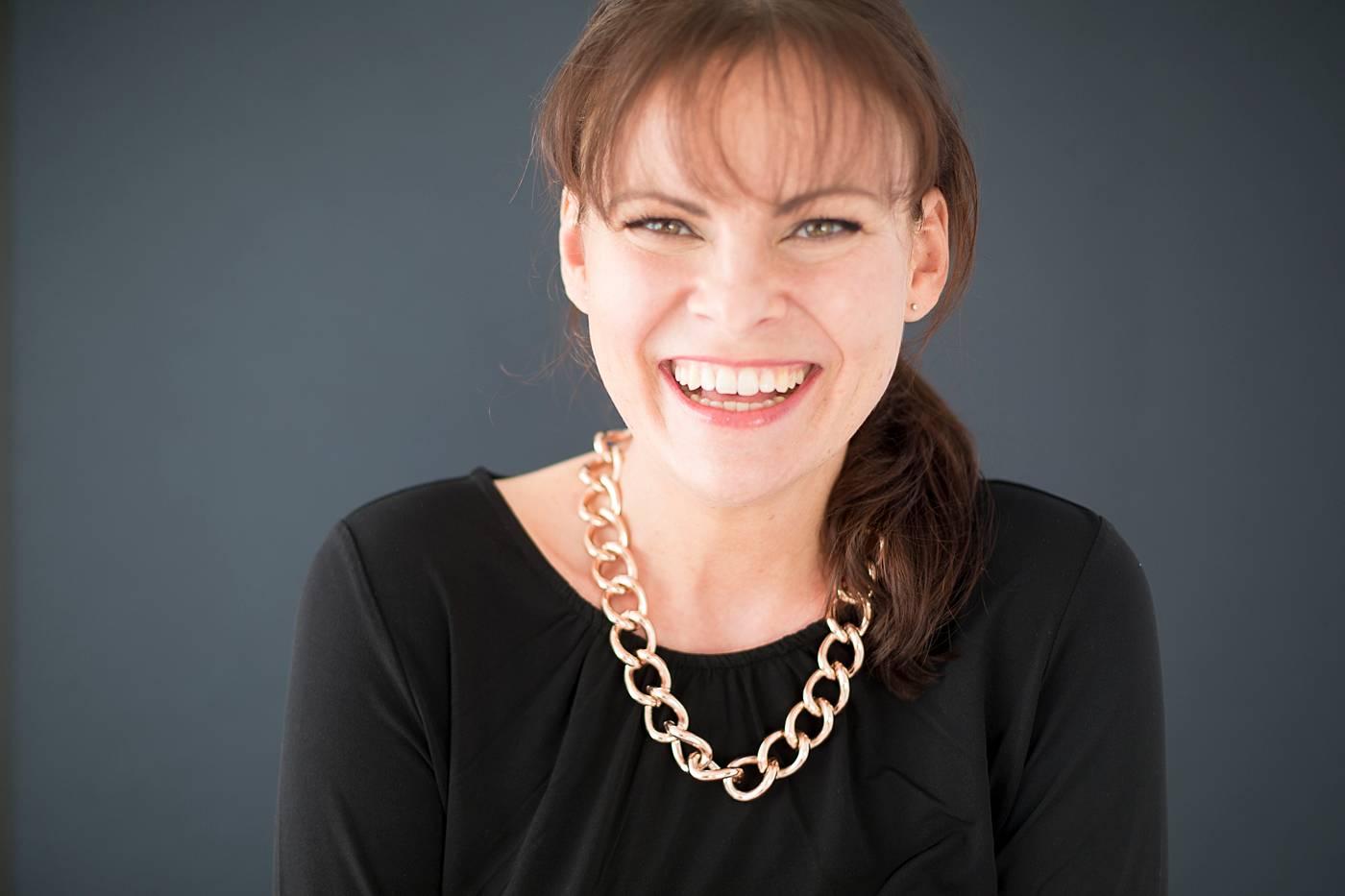 Personal Branding Shooting mit Businessbildern einer jungen Unternehmerin