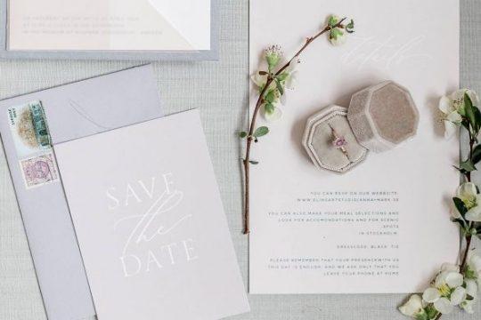 Verlobungsring auf einem romantisch gedeckten Hochzeitstisch mit Einladung zur Hochzeitsfeier in Ingolstadt.